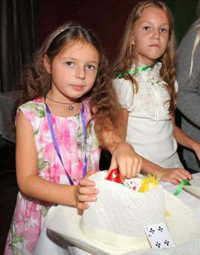 Вместе с подругами девочка принимала участие в различных конкурсах