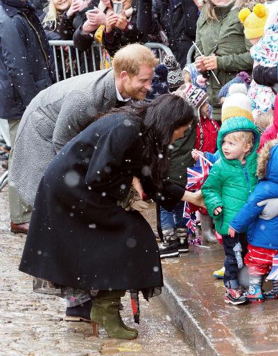 Даже во время дождя влюбленные всегда найдут минутку, чтобы пообщаться с маленькими поклонниками