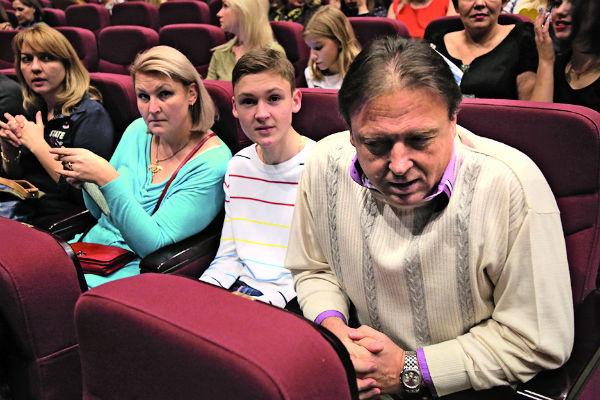 Отец певца с его братом и второй женой недавно побывали на спектакле Сергея в Театре им. Пушкина