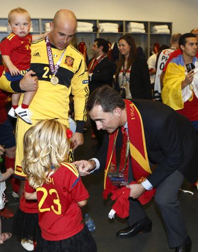 Поздравить победителей в раздевалку пришел наследный принц Испании Фелипе