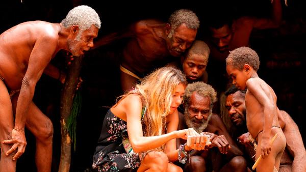 Ведущая «Орла и Решки» показала местным жителям блага цивилизации