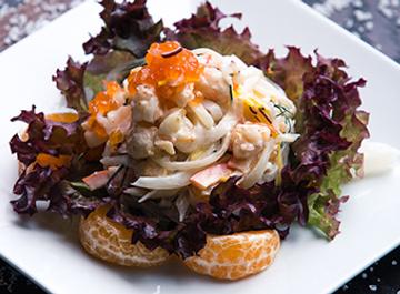 Салат из морепродуктов с мандаринами