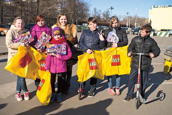 Девочки обрадовались наборам LEGO