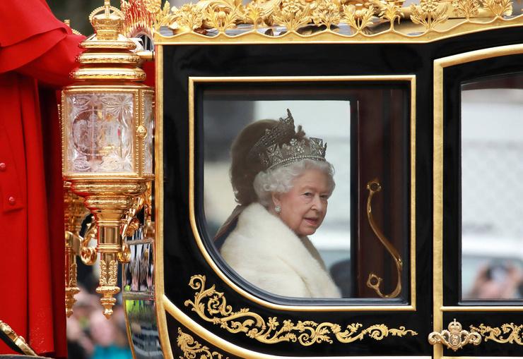 На праздновании предыдущей годовщины королеву поддерживали члены семьи