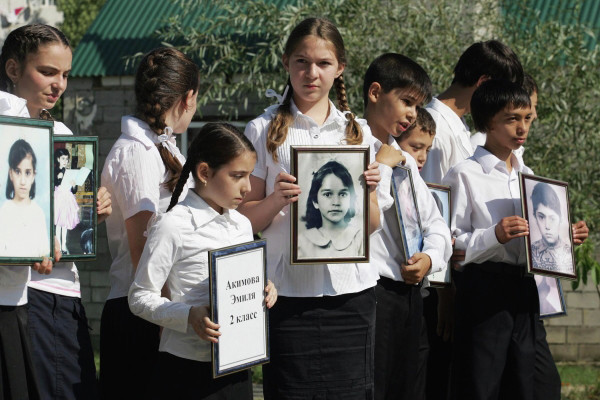 Траурные мероприятия в память о жертвах теракта в Буйнакске проводятся ежегодно