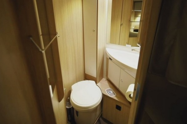 В доме на колесах имеется туалет и душ