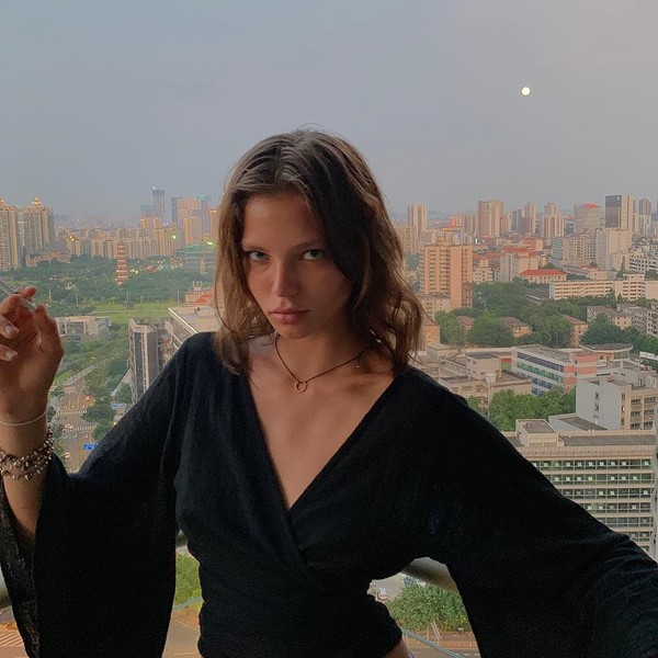Алеся Кафельникова часто фотографируется с сигаретами