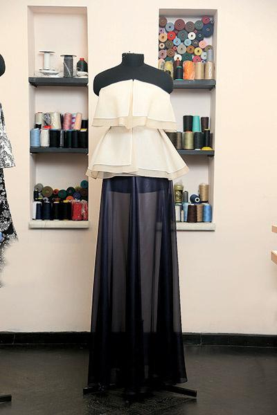 Ценовой сегмент  бренда широк  – от 10 до 100  тысяч рублей  в зависимости  от стоимости  ткани