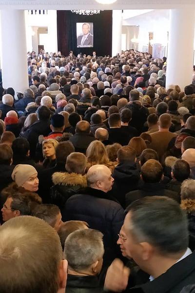 В здании филармонии собралось много людей
