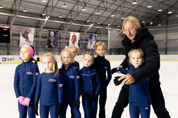 После ухода из большого спорта Евгений Плющенко открыл свою Академию по обучению фигурному катанию