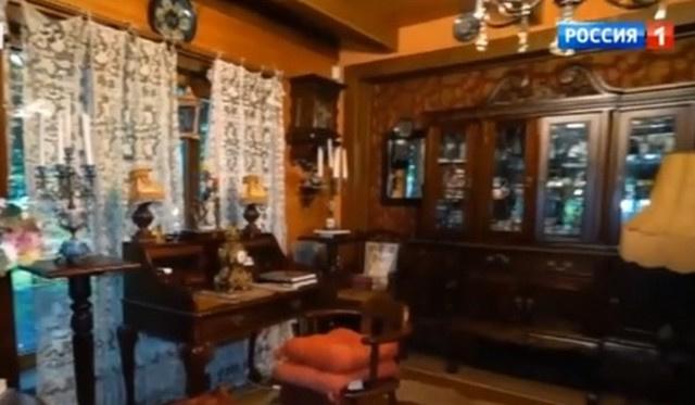 На первом этаже стоит антикварная мебель