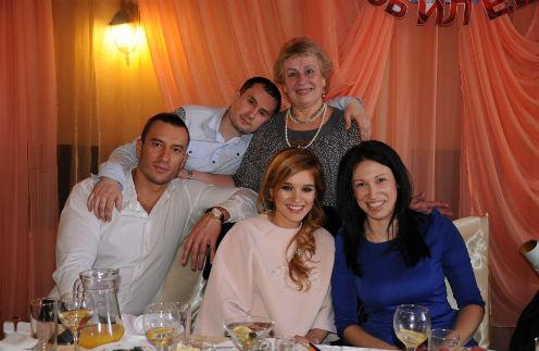 Мама Миши Татьяна Михайловна мечтает погулять у него на свадьбе. На фото с Михаилом и Ксюшей – брат Алексей, его жена Оля и любимая свекровь