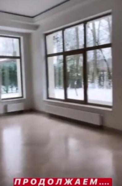 Огромные окна сразу бросаются в глаза