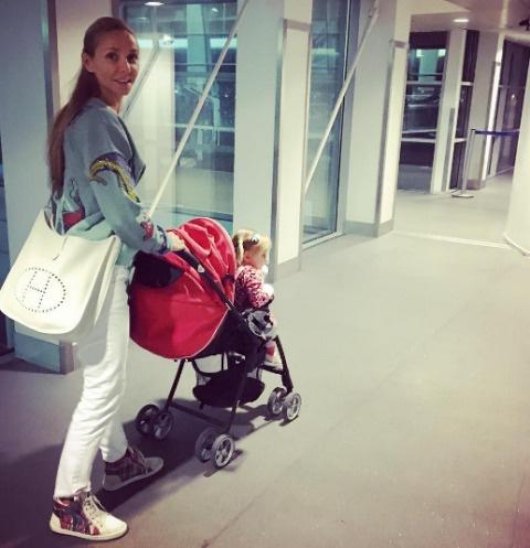 Татьяна Навка берет дочь с собой на гастроли