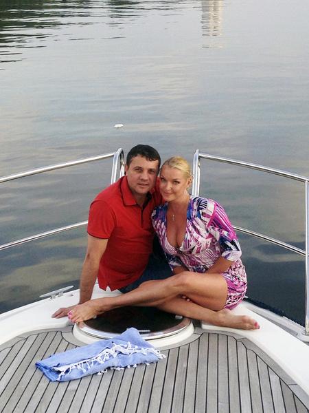 Анастасия познакомилась с Бахтияром Салимовым во время гастролей