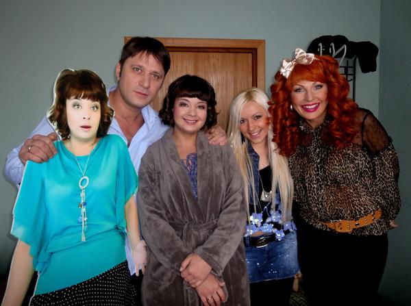 Наталья Бочкарева с актерами сериала «Счастливы вместе» и экс-агентом