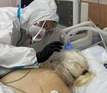 «Лекарства влияют на мозг, люди сдаются»: записки волонтера из реанимации ковидной больницы