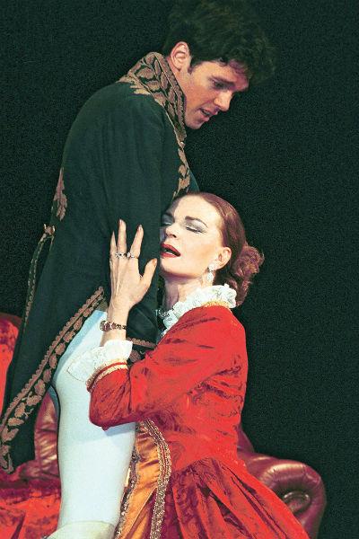 В антрепризе «Императрица» ее Екатерина испытывает настоящую страсть к поручику Ланскому (Михаил Мамаев)