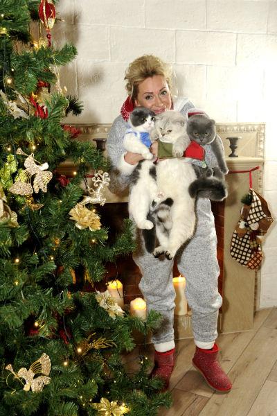 Наталия одела котов в маскарадные костюмы от интернет-зооателье Violetcat.net. Бакс как главный в доме стал Дедом Морозом, девочка Шанель – Снегурочкой, а Габриэль – их помощником