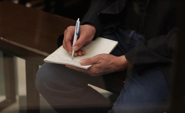 На протяжении заседания Ефремов что-то писал в тетрадке
