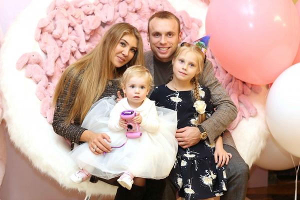 Дарья и Денис Глушаковы с детьми
