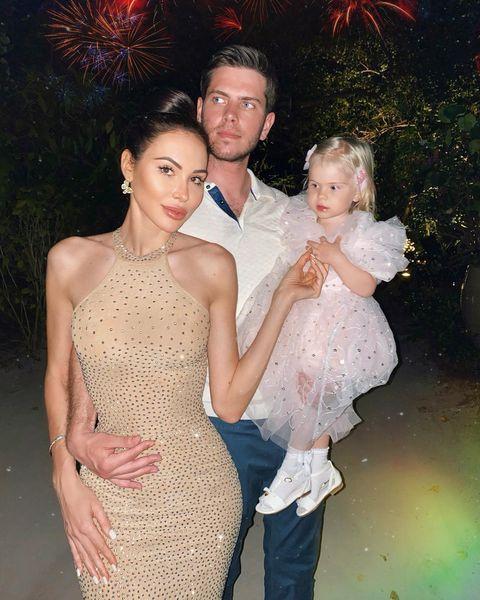 Олеся и Александр вместе с дочкой