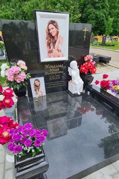 На могиле Юлии Началовой установили памятник — фото
