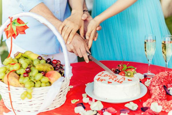 Отель поздравил молодых свадебным тортом