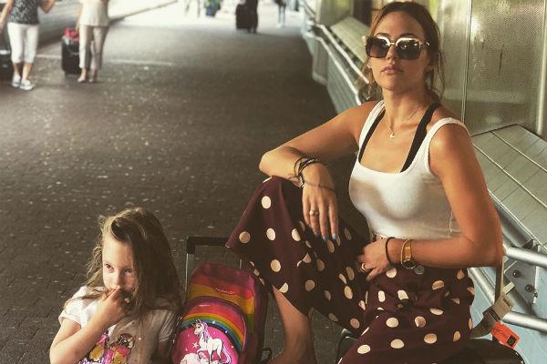 Мерьем часто берет дочь с собой на съемки