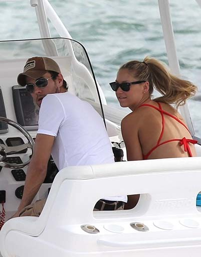 Пара очень много времени проводит наедине на своей яхте, наслаждаясь жизнью