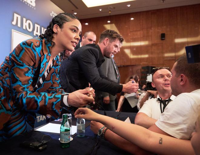Актеры с удовольствием раздали автографы
