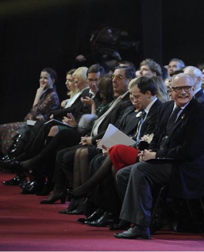В первом ряду - самые именитые гости