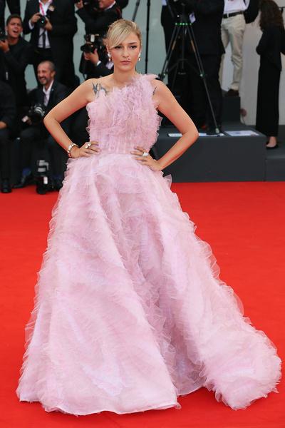 Элеонора Каризи выбрала розовый наряд