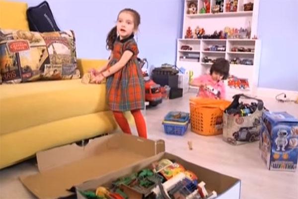 Мартин показал журналистам свою комнату, в которой у Аллы-Виктории тоже есть любимые игрушки