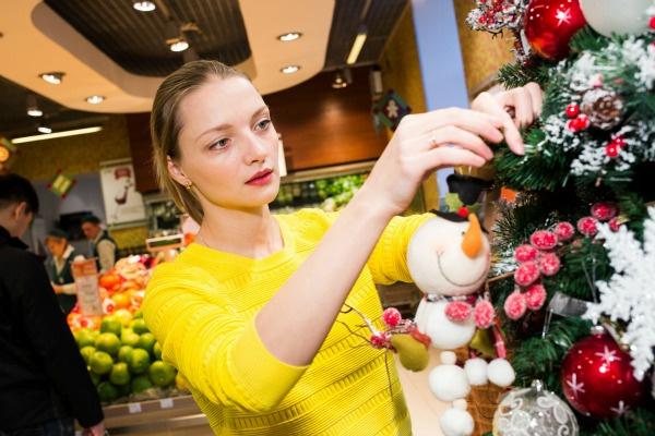 Екатерина украсила елку в рамках благотворительного проекта