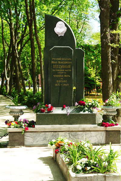 На его могиле всегда лежат цветы