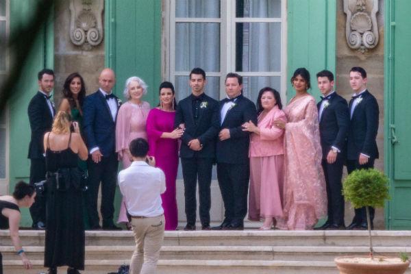 Друзья и родственники пары приехали во Францию, чтобы поздравить влюбленных
