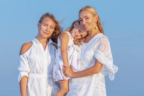 Татьяна Навка с дочерью Сашей и маленькой Надей