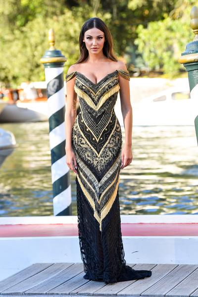 Наряд с жар-птицей и трусики, просвечивающиеся через платье. Образы звезд на Венецианском фестивале
