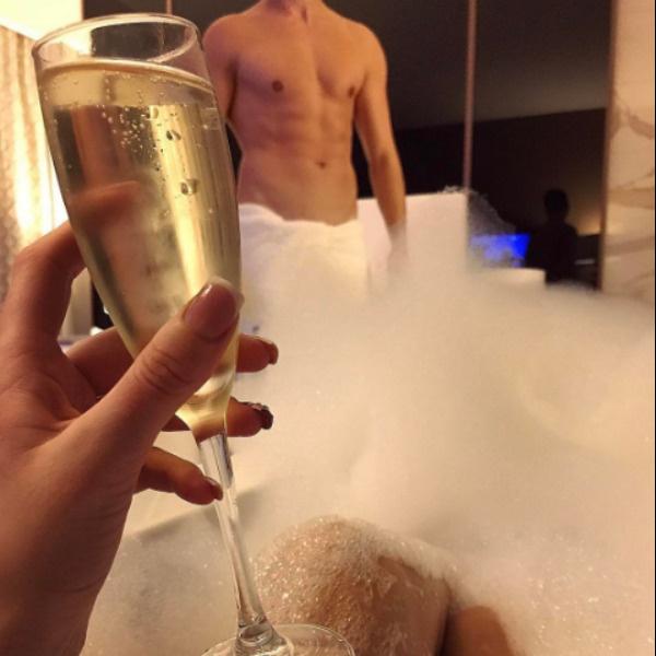 Пара проводит свой отдых в романтической обстановке