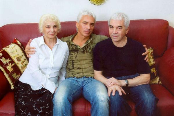 Всеми переживаниями по поводу болезни певец делился с мамой Людмилой Петровной и отцом Александром Степановичем