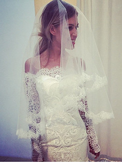 Певица Дакота в свадебном платье