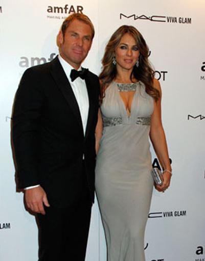 Лиз Херли пришла на гала-ужин с возлюбленным Шейном Уорном. В октябре 2011 года Уорн сделал актрисе предложение руки и сердца, и теперь знаменитая красотка собирается выйти замуж второй раз