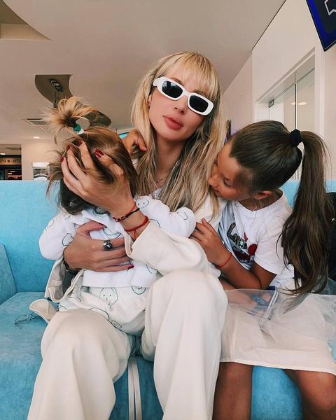 Артистка одна воспитывает двух дочерей