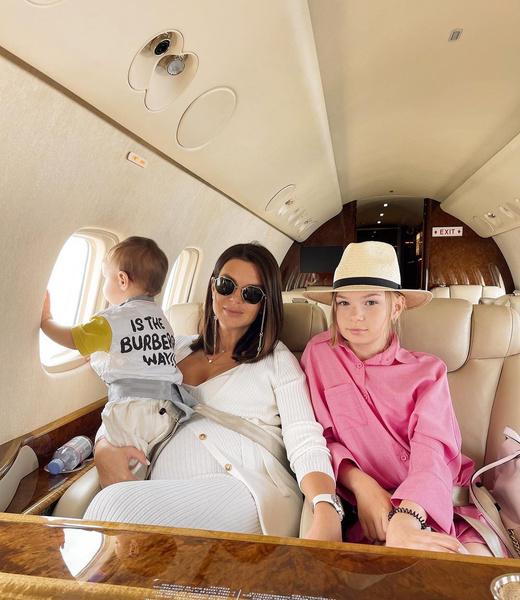 В турцию Катя с семьей полетела на частном джете