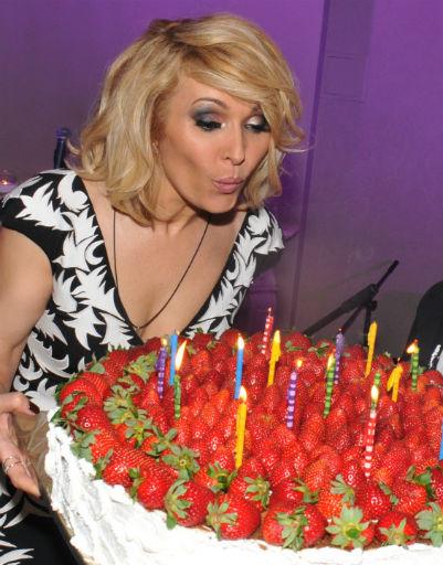 Торт с клубникой поразил воображение гостей