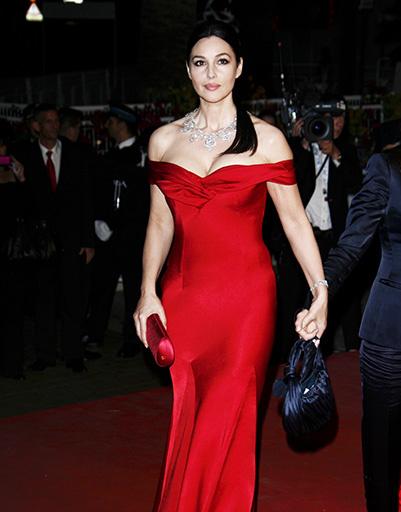 Моника Белуччи делает ставку на ярко-алый и выигрывает - простой крой платья ей к лицу