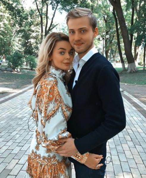 Певица четыре года встречалась с бизнесменом Александром, но после свадьбы отношения приказали долго жить