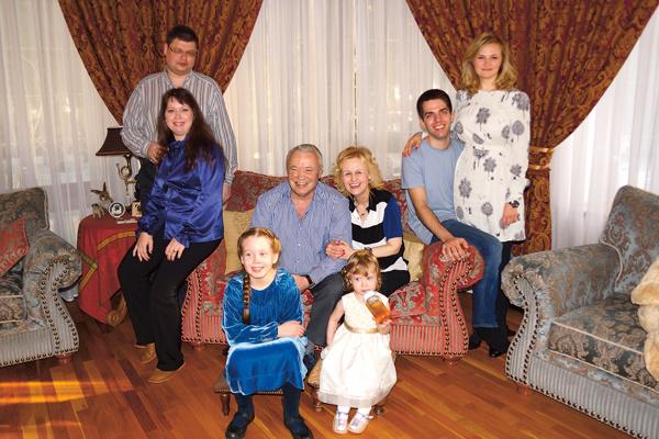Донцовы любят собираться всей семьей. На фото – с мужем, сыном Дмитрием, дочкой Марией и внучками