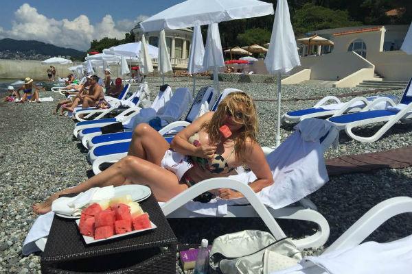 Ирина Романова показала тело в купальнике на пляже в Сочи